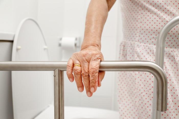 Comment prévenir les chutes des personnes âgées ?