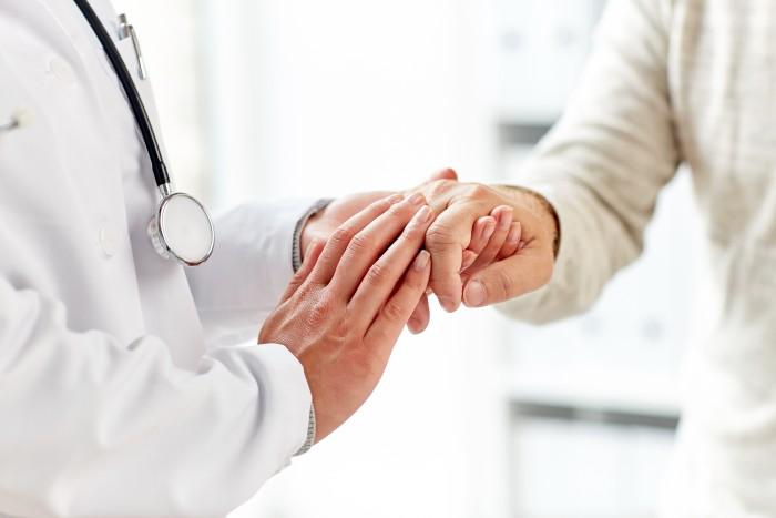 Le médecin de l'ehpad informe le futur résident