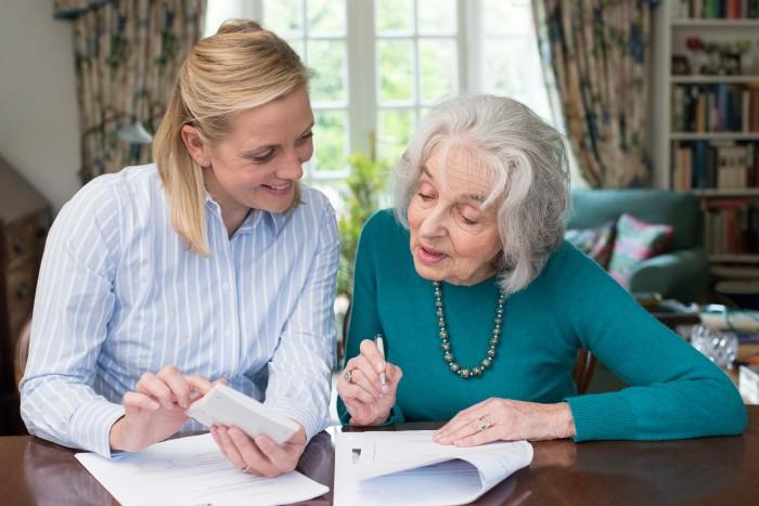 Quelles aides financières obtenir à domicile ou en ehpad ?